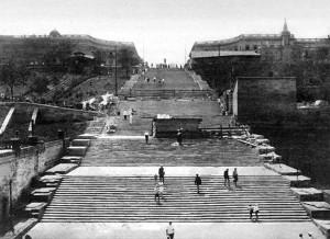 Запечатлён процесс реставрации Потёмкинской лестницы в конце 20-х годов прошлого века.
