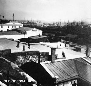 Фотография 1902г. Видна ещё сквозная верхняя поперечная галерея Потёмкинской лестницы.Правая часть заложена в конце 20-х годов.