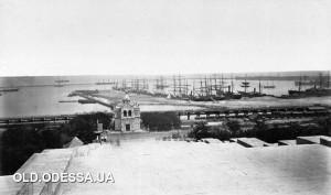 1878 г.Хорошо видно состояние облицовки межлестничных площадок Потёмкинской лестницы, которая в конце 20-х годов прошлого века была заменена на асфальтное покрытие.