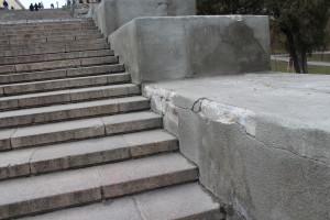 Штукатурка парапета лестницы отстала от основания