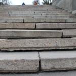 Выпадание гранитных ступеней из ложа