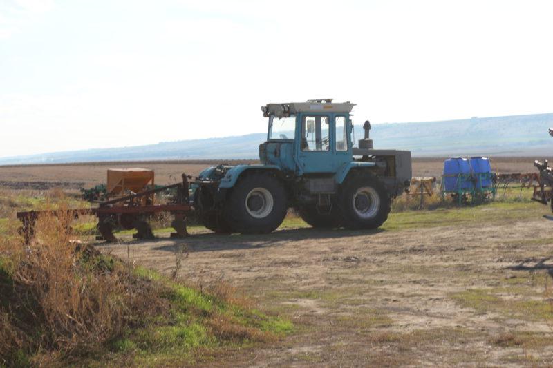 Кировцы, Джон Диры и другая техника незаконно распахивающая земли заказника Украины -Тарутинская степь.