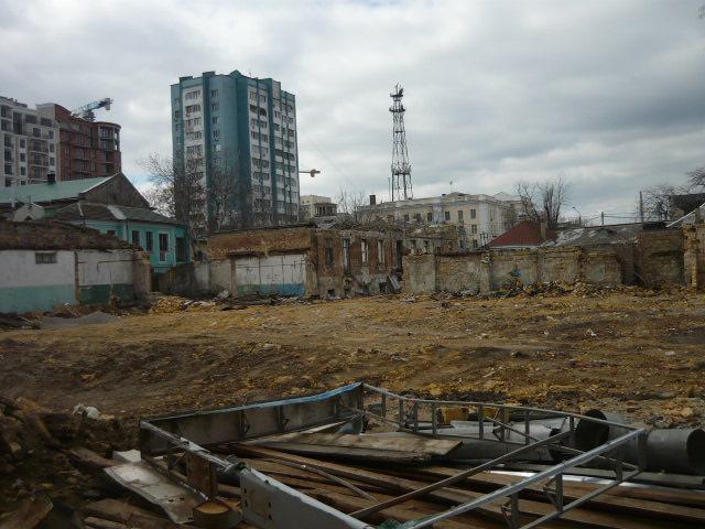 Незаконное строительство напротив Музкомедии.
