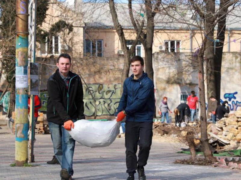 Одесситы приняли участие в флешмобе и убрали в Горсаду