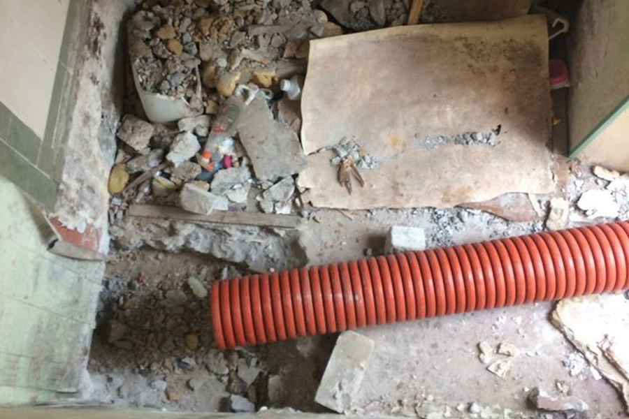 В жилые помещения бывшего военного городка в Одессе заливают нечистоты