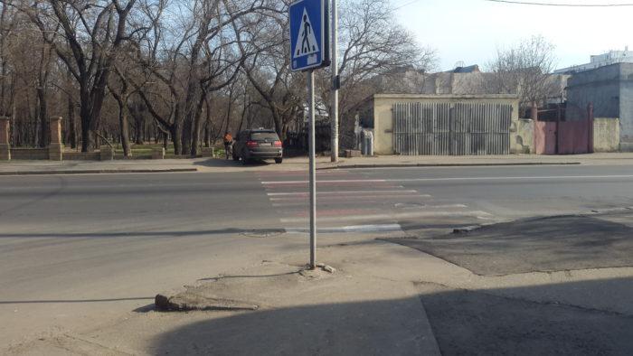Незаконный въезд со стороны ул. Мечникова,  который хотят превратить  в автодорогу  до ул. Водопроводной  прямо по парку.