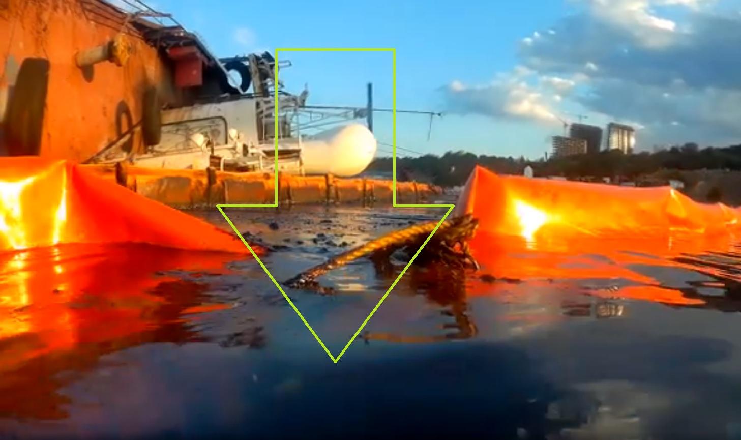 Эко-активист в Одессе показал реальные масштабы загрязнения моря нефтепродуктами танкера